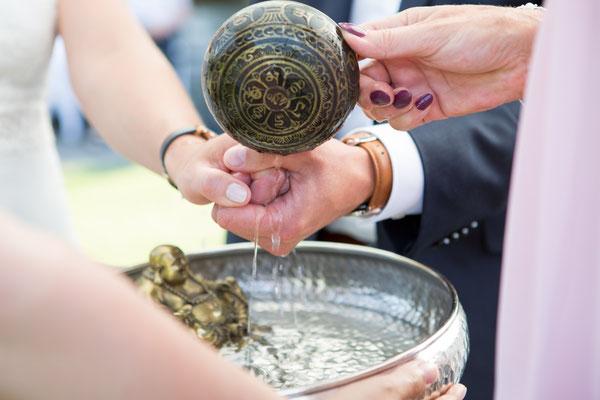 Hochzeitssegen nach Vorbild eines buddhistischen Wassersegens in einer freien Trauung – Foto von Michele Albrecht