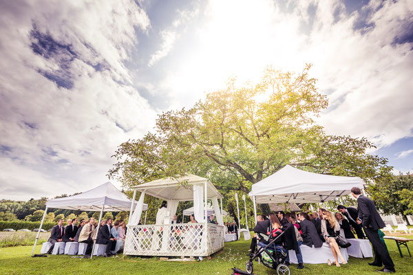 Freie Trauung unter freiem Himmel in Hochzeitspavillon – Foto von Christoph Letzner