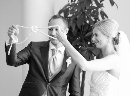 Brautpaar flicht ein Unendlichkeitszeichen in seine freien Trauung – Foto von Two-for-You – Thorsten + Barbara Hofbauer