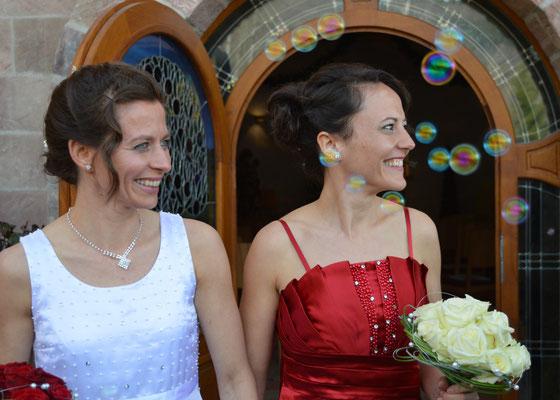 Freie Trauung, zwei Bräute, lesbisches Paar, Regenbogenpaar, gleichgeschlechtliches Paar, Ehe für alle