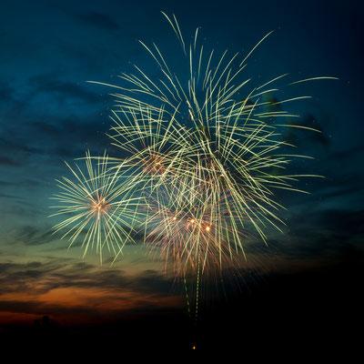 Neujahrsfeuerwerk am Abendhimmel