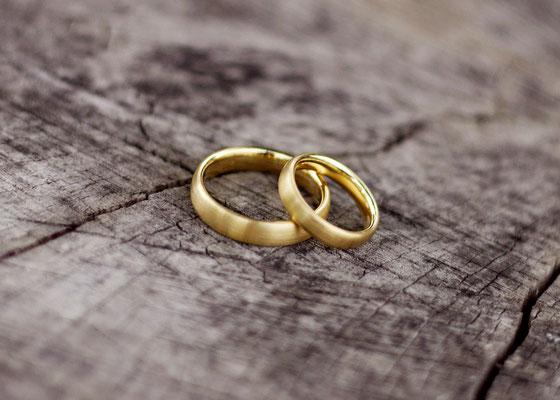 Ehering auf altem Holz – Freie Trauung