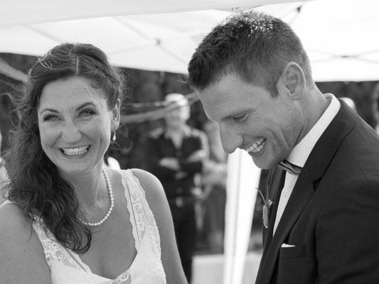 Brautpaar beim Jawort in einer freien Trauung – Foto von Michele Albrecht
