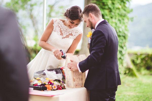 """Brautpaar baut ein Vogelhäuschen in seiner freien Trauung – Foto """"Licht und Herz"""""""