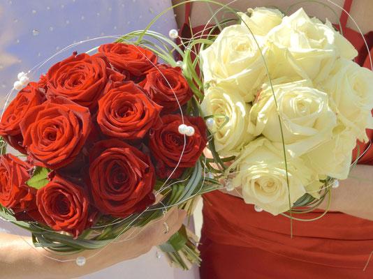 Braut in rot und Braut in weiß – Regenbogenpaar, lesbisches Paar, Ehe für alle