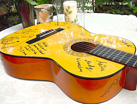 """Gitarre mit Unterschriften der Gäste als alternatives Hochzeits-Gästebuch der freien Trauung """"Musikerhochzeit"""""""