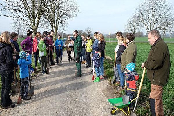 Olaf Schmidt vom NABU Oschatz erläuterte die Bedeutung der Baumpflanzung für die Erhaltung der historischen Kulturlandschaft im ländlichen Raum. Foto: Hans Schnitzler