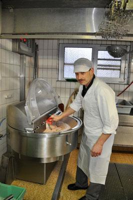 Salvis-Metzg Wimmis, Gerhard Baumgartner beim Herstellen von Schweinsbratwürsten