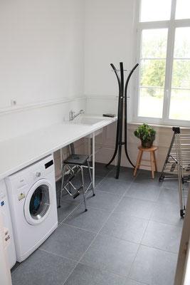Arrière cuisine avec lave linge, sèche linge et 2ème refrigérateur-congélateur