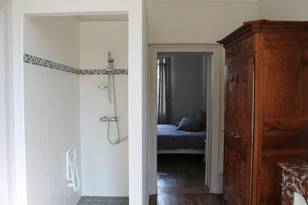 Chambre rez de chaussée avec sa douche