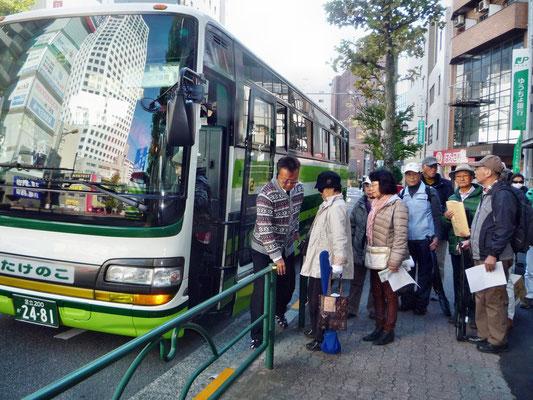 練馬区区役所前で送迎のたけのこバス2号車に乗りこむ