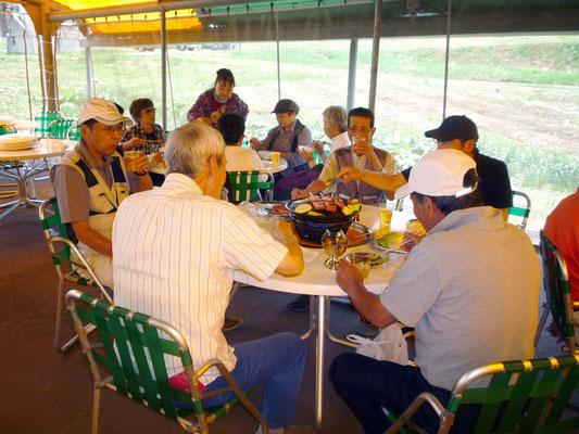 バーベキュー幕舎内での昼食会