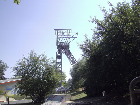 Das Fördergerüst stand ursprünglich am Carola-Schacht, wurde Anfang der 50er Jahre nach Schacht 2 Willi Agatz umgesetzt und wurde nach Stilllegung erneut transloziert. Heute steht es am ehemaligen Standort des Oppelschachtes in Freital