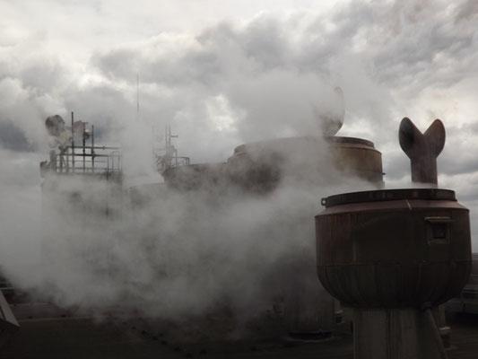 Dampf auf dem Dach des Kesselhauses von Block 9