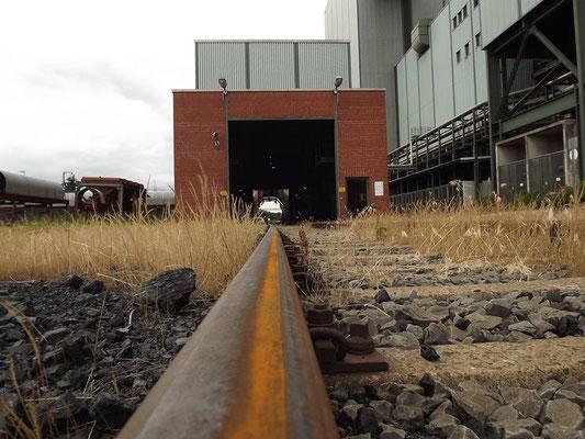 Die Entladung der Kohlen für Block 9. Während die Kohlen für Block 10 per Schiff angeliefert werden, kommen die Kohlen für Block 9 per Schiene und werden dann ins 34.000t fassende Rundlager verbracht.
