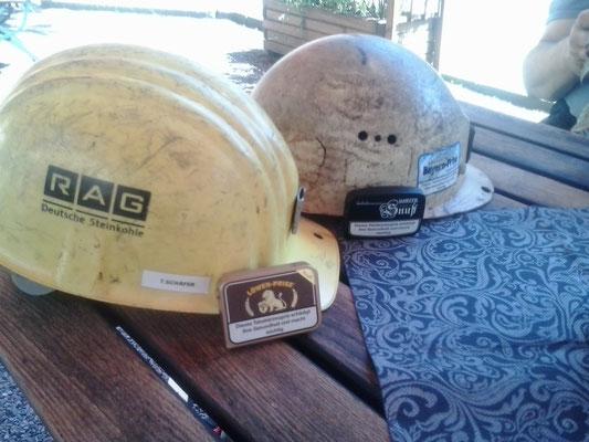 Treffen der Reviere. Links ein Helm der RAG, Rechts ein Helm von Willi Agatz (Wismut)