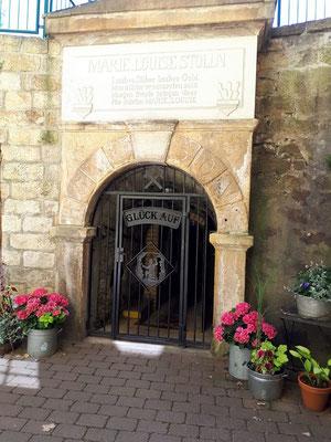 """Stollenmundloch des Marie-Louise-Stollen – hier: Besucherbergwerk """"Marie Louise Stolln"""" Berggiesshübel."""
