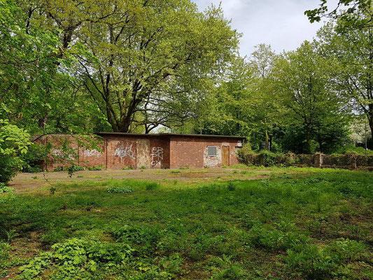 """Pförtnerhaus und """"Lohnplatz"""". Nach Zeitzeugenaussagen wurden hier den Bergleuten die Lohntüten unter freiem Himmel statt in einer Lohnhalle übergeben."""