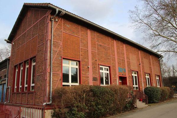 Das ehemalige Fördermaschinenhaus ist heute die Turnhalle der Schule.