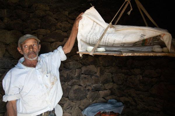 Ziegenkäseverkäufer auf dem Weg zur alten Caldera