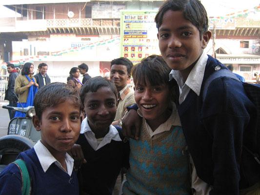 Delhi - Jungen auf den Weg zur Schule