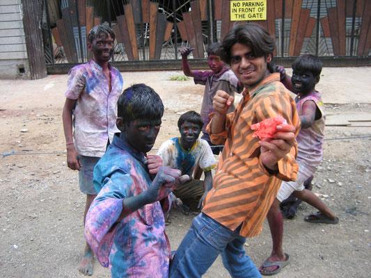 Mumbai - Jugendliche beim Holi-Fest
