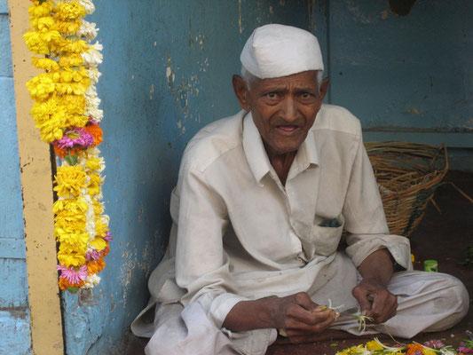 Pune - Blumenbinder vor einem Hindutempel
