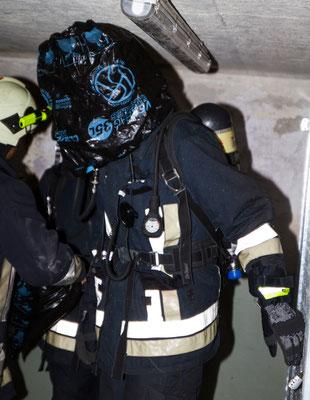 Im Ernstfall würde man im Gebäude wegen der Rauchentwicklung nichts sehen, darum zieht jeder einen Sack über den Kopf.