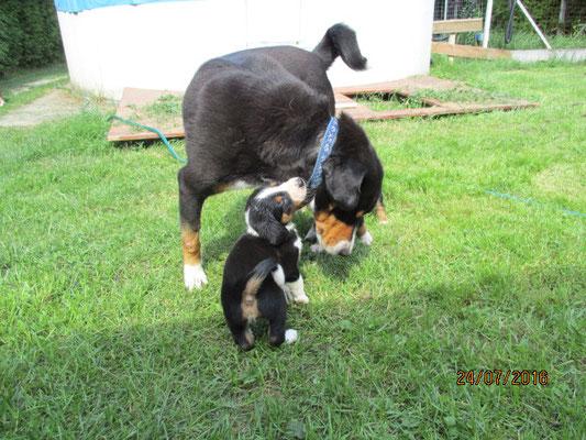 Camillo im Spiel mit seiner Oma Mara