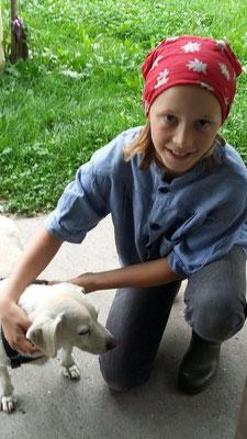 Yvonne sorgt gerne für Hund Jimmy