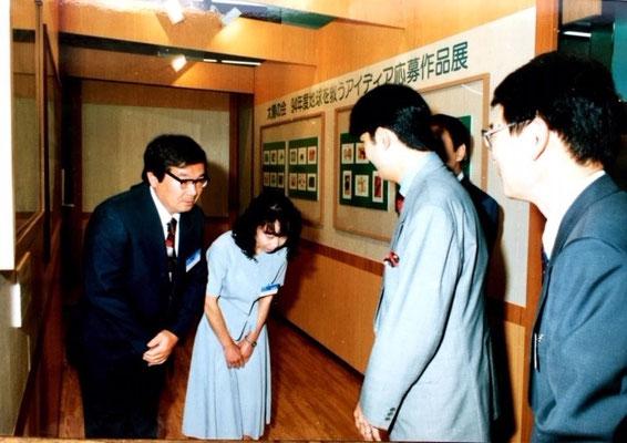 秋篠宮さまが環境庁ポスターの原画をご覧くださいました。