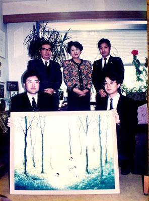 環境庁・環境月間ポスター原画の前で、当時長官の広中和歌子氏と。