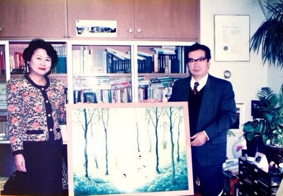 当時環境庁長官の広中和歌子氏とポスター原画の前で。