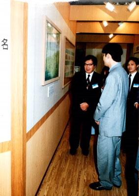 秋篠宮さまに原画の説明をしました。