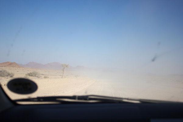 Auf dem Weg nach Sossusvlei - ziemlich staubig