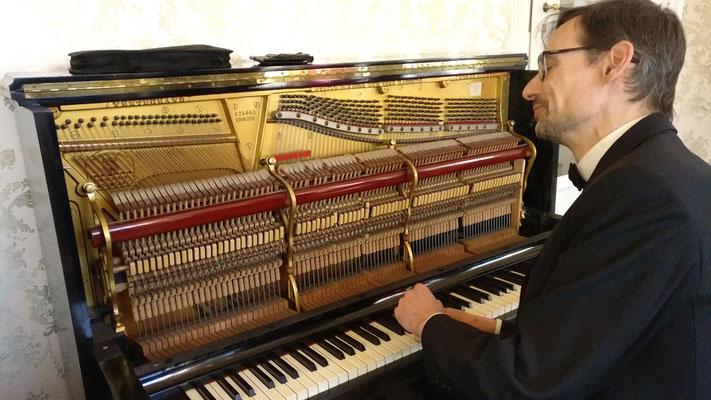 Holger Becker, Musikhaus Ortel aus Friedberg und Pianist + Bariton Wolfgang Michael Weiß an Elvis' Klavier im Hotel Villa Grunewald Bad Nauheim, Foto: Beatrix van Ooyen, 28.02.2020