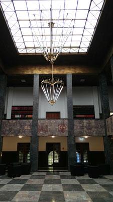 Die ca. 10 Meter hohe Ehrenhalle des Max-Planck-Institutes für Herz-und Lungenforschung in Bad Nauheim
