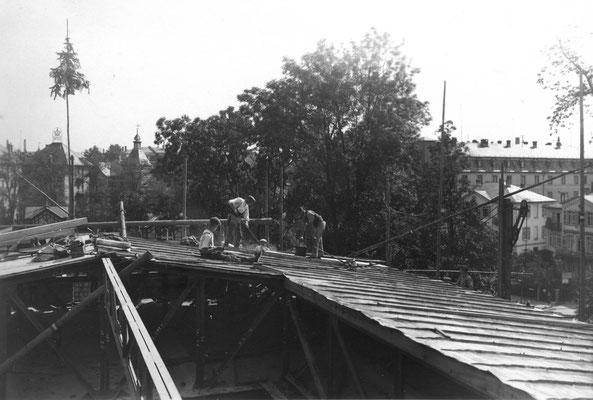 Dachdeckerarbeiten auf dem Forschungs-Institut, im Hintergrund Hotel Hupfeld, Foto: Kerckhoff-Stiftung