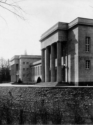 Das W.G. Kerckhoff-Institut in seitlicher Ansicht mit Blickrichtung Parkstraße; im Vordergrund die Einfassung des Flüsschens Usa, einem Wildwasser. Foto: Online-Museum Bad Nauheim