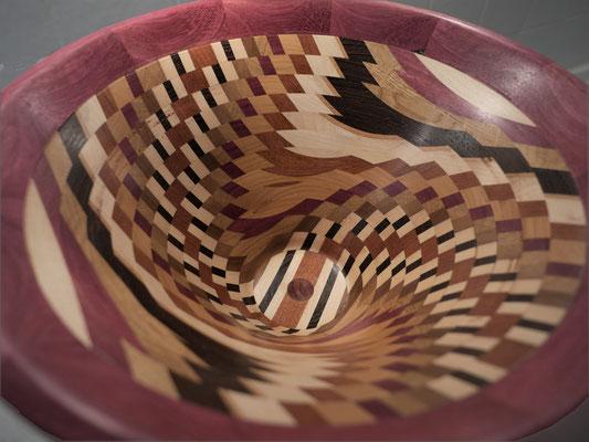 Von Ulrich Hausmanns hergestellt, - eine Holzschale mit raffinierter Schichtung, HolzArt Hausmanns, Foto: Annette Hausmanns