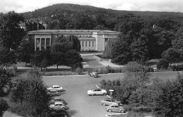 Dem W.G. Kerckhoff-Institut vorgelagert das noch heute vorhandene Parkdeck, früher Standort des Badehauses 8, einem Fachwerkbau mit Türmchen, Foto: Online-Museum Bad Nauheim