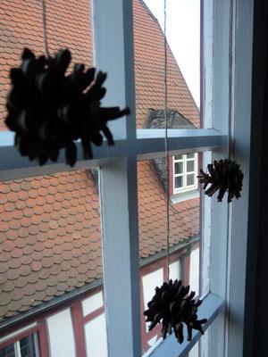 Tannenzapfen als Deko im Winter am Fenster