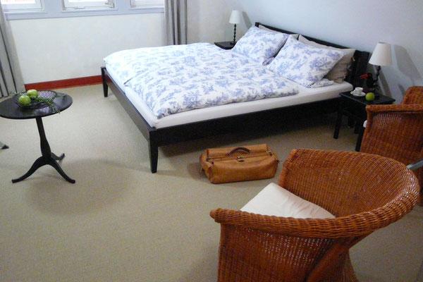 Ein breites Doppelbett mit hochwertigen Matrazen je 90 cm breit