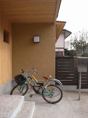 ポーチに自転車置き場も設けました。正面壁と天井は吉野杉張り