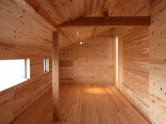 杉板張りの納戸