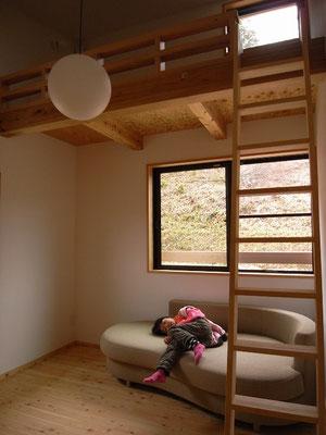 ロフト付きの子供部屋。しばらくはお昼寝部屋になりそうです。