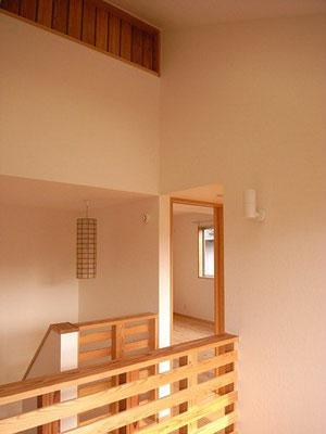 吹き抜け2階部分 上の連子窓はロフト収納の通気窓