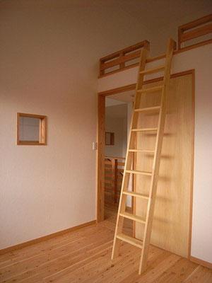 子供部屋は吹き抜けに面して小窓をつけました 奥の小窓も子供室の小窓