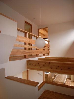 居間の上は吹き抜け。2階の各室の入口に面しています。