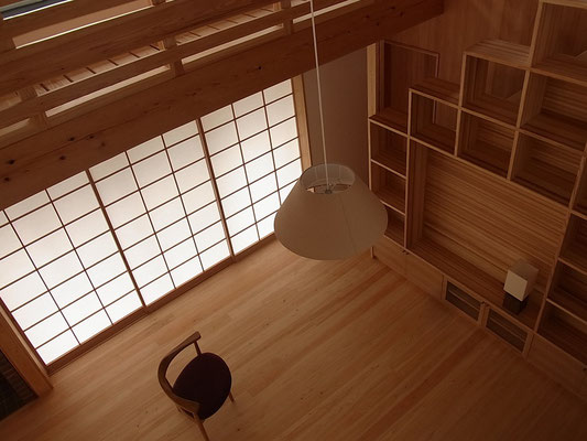 2階廊下窓から居間を見る